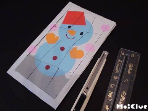 切り取った部分に雪だるまの絵を描いた写真