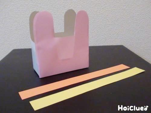細く切った画用紙とうさぎ型のテッシュ箱の写真