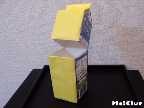 牛乳パックに色紙を貼り付けた写真