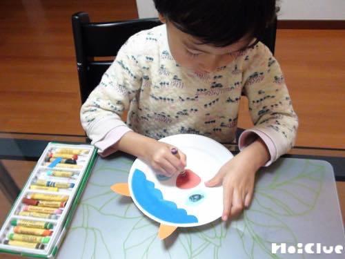 紙皿に絵を描いている写真