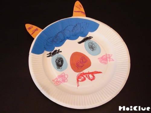 紙皿の顔が完成した写真