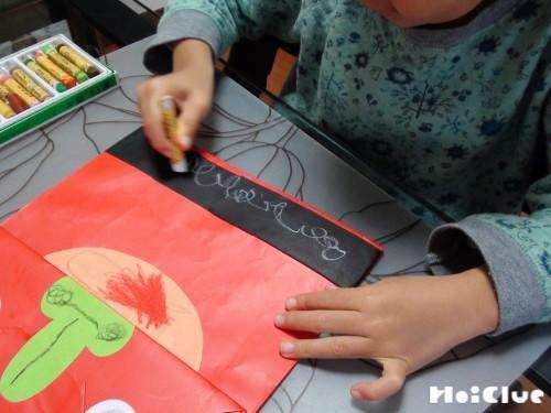 袋に目鼻や髪の毛を描いている写真