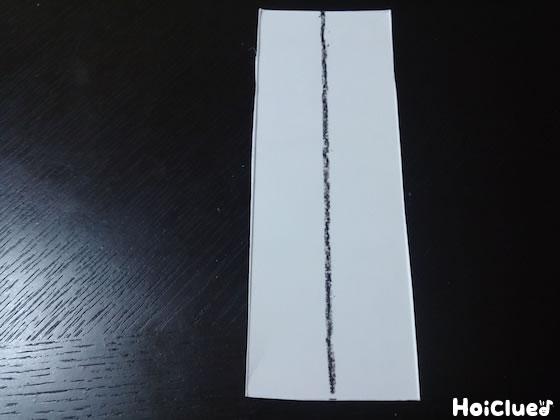 牛乳パックを細長く切り取り線を引いた写真
