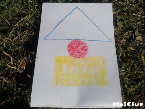 三角、丸、四角を組み合わせて描かれた絵