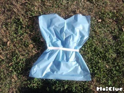 ビニール袋で作った服の写真