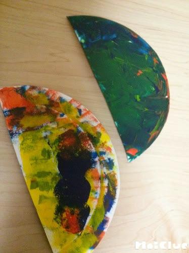 半分にした紙皿に色をつけた写真
