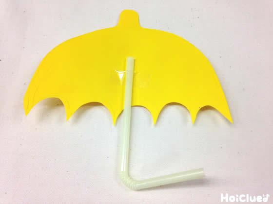 ストローと折り紙で傘を作っている写真