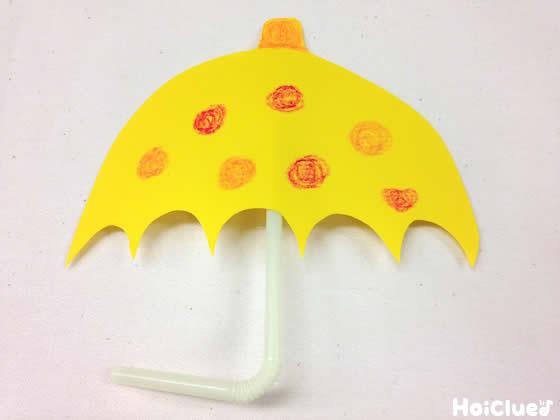 傘に絵を描いている写真