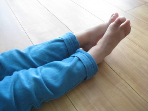 足の指をピンと伸ばす子ども様子
