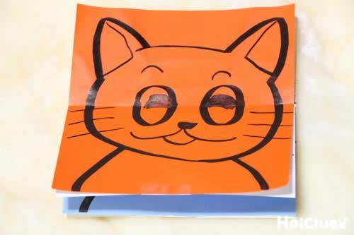 笑っている猫が描かれた写真