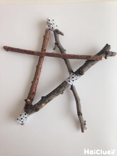 小枝を星型に組み合わせた写真