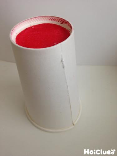 紙コップの底を赤く塗った写真