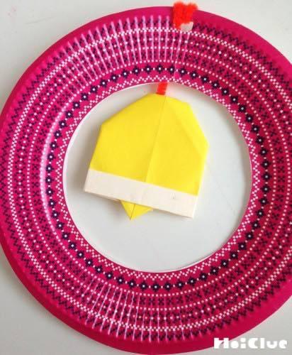 紙皿の真ん中に折り紙の鈴をつけた写真