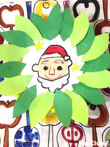 葉っぱ形の画用紙を紙皿のまわりに貼った写真
