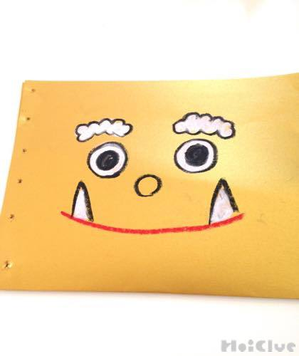 厚紙に顔を描いた写真