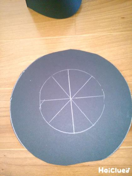 円形に切った画用紙の中に更に円を描き、放射線状に線を引いた写真