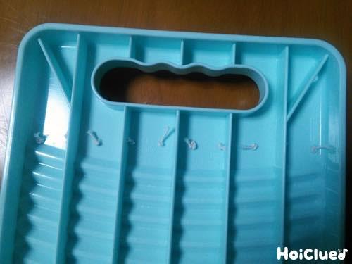 洗濯板に穴を開けゴムを通した写真