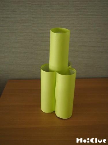 トイレットペーパーの芯3っつに折り紙を貼り、組み合わせた写真