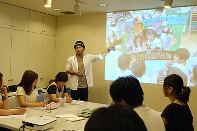参加者たちにお話する講師の矢生さんの写真