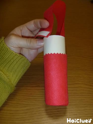 トイレットペーパーの芯に赤い不織布を巻いた写真