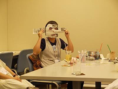 新聞紙のお面を顔に当てる参加者の写真