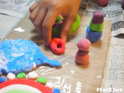 色んな形にした粘土を板の上に並べる様子