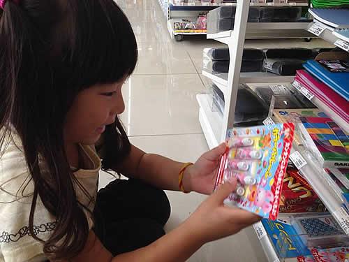 お店でおもちゃを手に取る女の子の様子