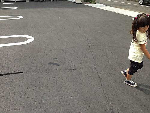 道路を歩く女の子の写真
