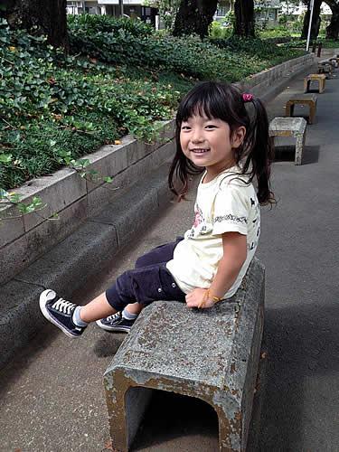 ベンチに座る女の子の写真