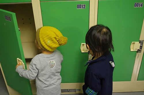 ロッカーの中を覗き込む子どもたちの写真