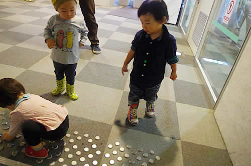 点字ブロックを見ている子どもたちの写真