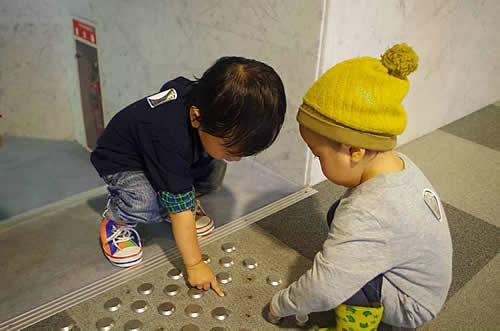 点字ブロックを触って遊ぶ子どもたちの様子