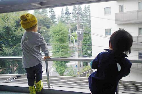 窓の外を眺める子どもたちの様子