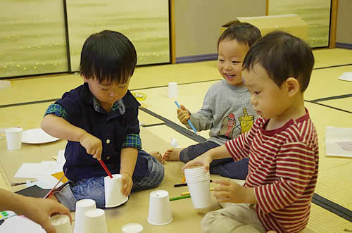 紙コップを手に遊ぶ子どもたちの様子