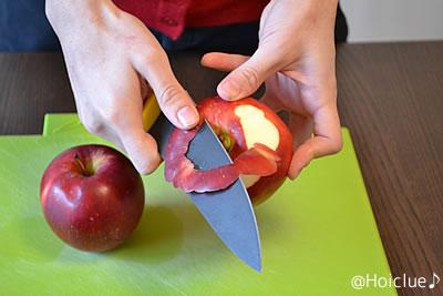 りんごの皮をむく