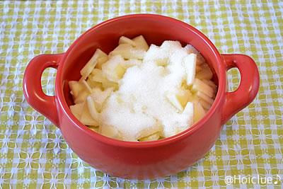 塩水を切ったりんごに砂糖を入れる
