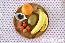 木鉢に入れられた様々な果物の写真