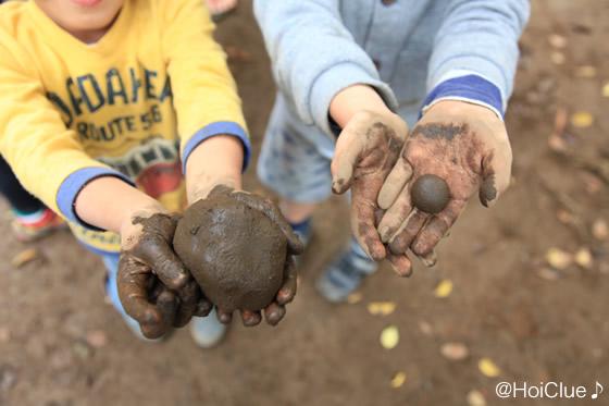 泥団子を手に持つ子どもの様子
