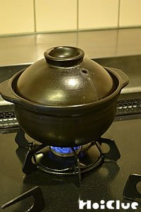 土鍋でお米を炊いている写真