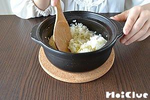 炊き上がったお米をしゃもじで混ぜる様子