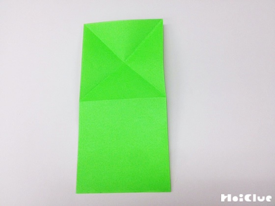 折り紙を横半分に折った写真