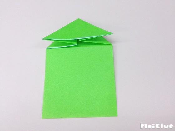 折り下げた部分を開き三角形に折った写真