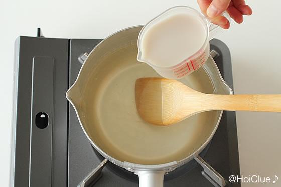 鍋で溶いた寒天に牛乳を加える様子