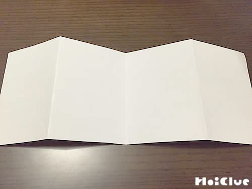コピー用紙を大きめの蛇腹折りにした写真
