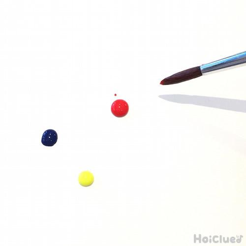 いろんな色の絵の具を垂らしている写真