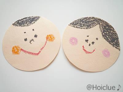 丸い色画用紙に顔を描いた写真