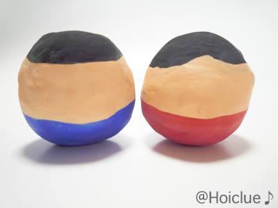 丸い紙粘土に色を付けた写真