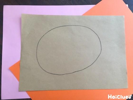 色画用紙に胴体となる大きな楕円を描いた様子