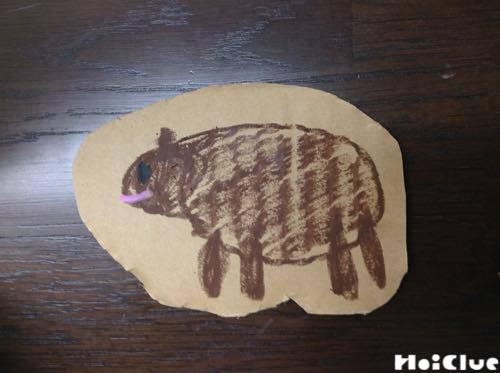 切り抜いたダンボールに描かれた毛のない羊の絵