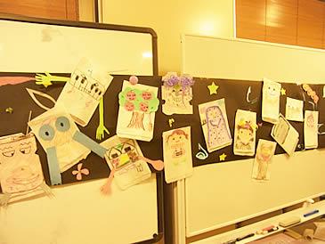 たくさんの作品をホワイトボード壁面に飾った写真